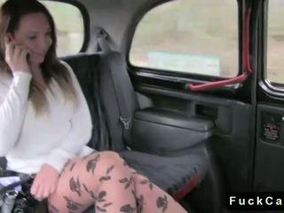 뜨거운 바보 브루 넷의 사람 엿 에 공공의 fake taxi