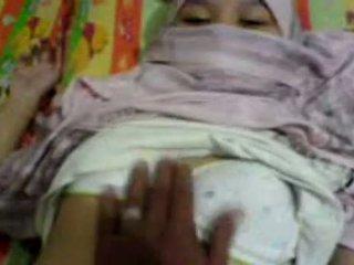 Asiatisk jente i hijab famlet & preparing til ha sex