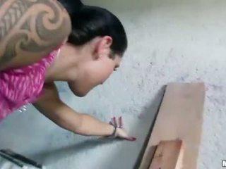 Čehi meitene agata pounded par daži nauda