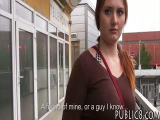 I madh gjinj çeke vajzë fucked në autobuz stop për disa para