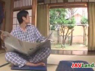 סקסי יפני עיקרת בית עם גדול פטמות