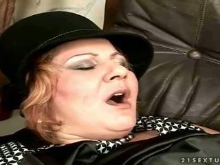 Babičky gets fucked na the gauč