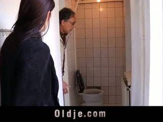 I vjetër salesman fucks i ri bashkëarsimim në një takim