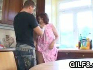 फॅट ग्रॉनी having सेक्स में the किचन