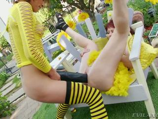 Slutty bee gets pounded по великий чорна dildos і cocks