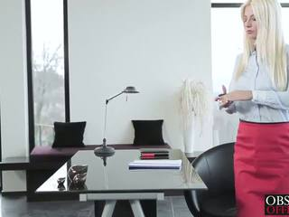 Nóng cô gái tóc vàng jessie volt bends hơn tại các văn phòng vì một mặt