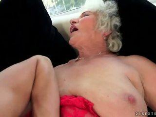 Vilain gros seins grand-mère enjoys chaud sexe