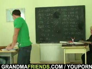 Velmi starý učitel je pounded podle two boys