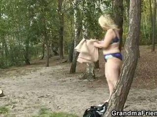 Ona takes two potrebni dicks zunaj