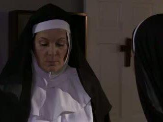 Nadržané vyzreté mníška a suka lezbické sex (roleplay)