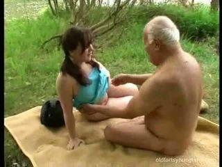 Starý otec loves dospievajúci holky