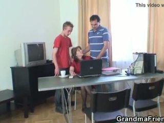 Τρίο γραφείο γαμήσι με γιαγιά <span class=duration>- 6 min</span>