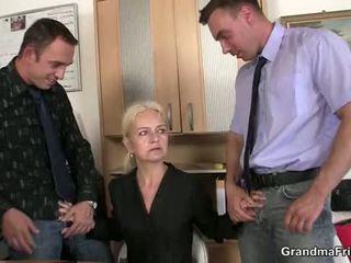 Granma sucks y fucks two cocks en trabajo entrevista