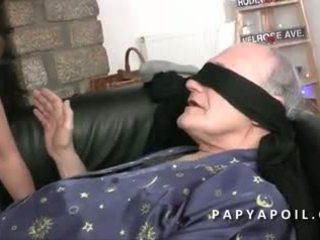 Papy defonce une jeune beurette offerte par son pote