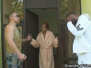 Medzirasové trojka orgia s babka