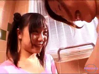 2 cô gái trong hiếu khí váy hôn rubbing tits trong các phòng tắm