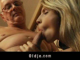 Szexi szőke tini satisfy neki gazdag nagypapa lover