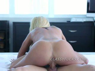 Ładniutka blondynka cipka licked i kutas jazda na artystyczne camera lens
