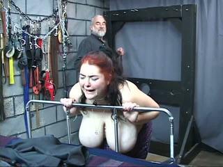 Thick velký sýkorka excentrický otrok dívka je whipped a zneužívány v the pohlaví žalář