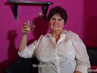 Omahotel snella nonnina masturbates e grasso nonnina in posa