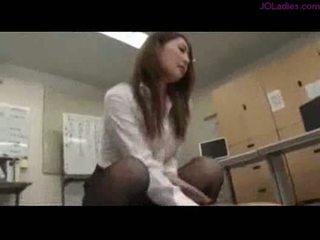 Pejabat wanita menunggang pada guy air mani kepada pantat/ punggung pada yang lantai dalam yang off