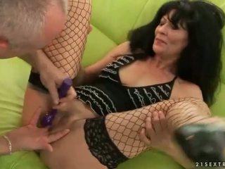 Perempuan tua gets dia alat kemaluan wanita kacau keras