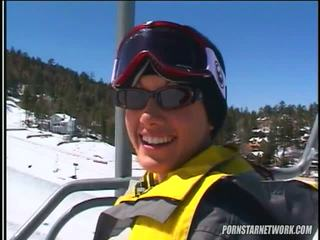 Taylor ploaie relaxes după unele skiing