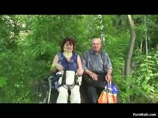 Perempuan tua dan kakek apaan di luar