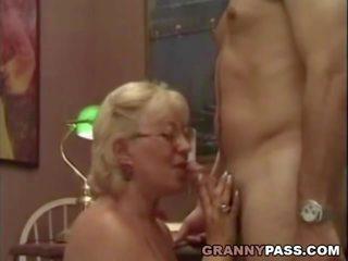 Perempuan tua guru flirts dengan dia pelajar, porno 75