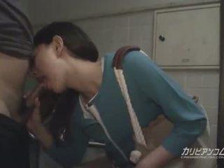 Азиатки милф духане при публичен restroom