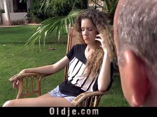Monada curly adolescente gets laid con gorda abuelo