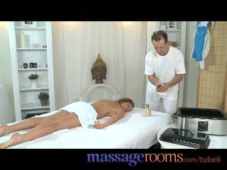 Hieronta rooms milf legend silvia shows masseur miten kohteeseen saada todella likainen