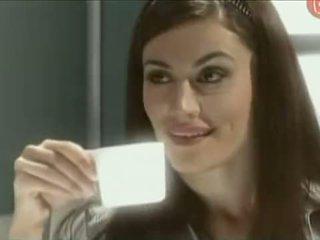 Monica farro enfiestada en un vestuario