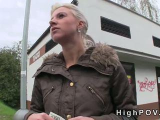 Блондинки аматьори духане pov в публичен