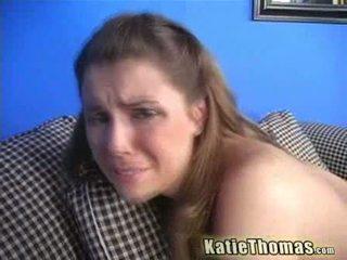 Katie spelar med two svart cocks