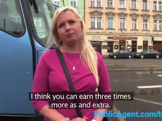 Publicagent krūtinga blondinė į pasirinkti galvoti pakliuvom į disused pastatas
