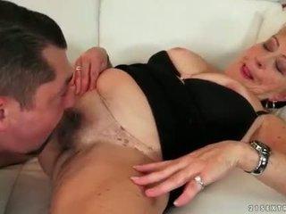Товста бабця enjoying гаряча секс на the диван