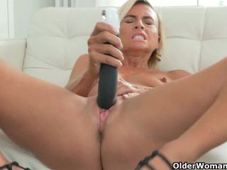 Short-haired MILFs Sunny and Kali Pleasure Their Pussy
