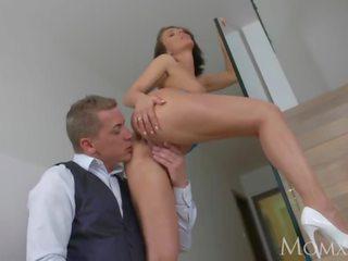 Mama blind tanggal dan seksi apaan di itu stairs dengan glamorous sempurna tetek milf