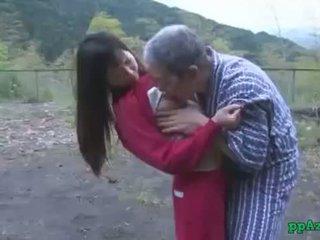 Asiatico ragazza getting suo fica licked e scopata da vecchio uomo sborra a culo all'aperto a