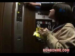 जपानीस स्कूलगर्ल ब्लोजॉब और गड़बड़ द्वारा टीचर में elevato