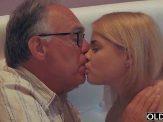 18 yo mädchen küssen und fucks sie schritt papa im seine schlafzimmer