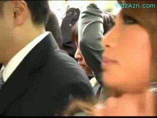 Multe schoolgirls patting guy rubbing labareala pula pe the autobus