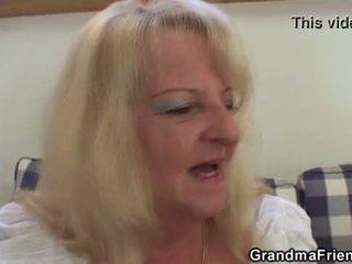 Блондинки баба takes two голям cocks при веднъж