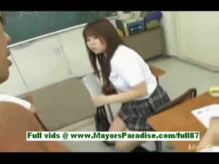 Unge asiatisk skolejente i den klasserom gets en blowjob en tit