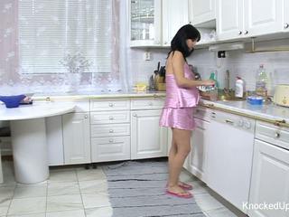 Pěkný & těhotná kotě fucks v the kuchyně