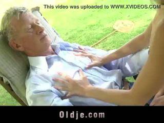 Teenie स्कूलगर्ल swallowing कम आउटडोर doggy फक्किंग पुराना कॉक <span class=duration>- 6 min</span>