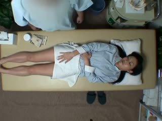 Spycam reluctant אישה seduced על ידי masseur