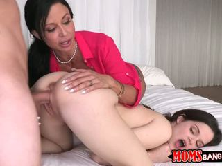 Hugetits mamãe ensinar jovem quente casal
