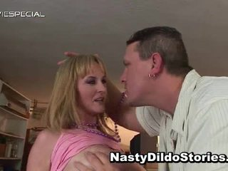Rijpere milf receives alle haar holes filled met weenie